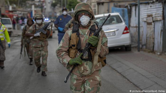 Südafrika Corona-Pandemie Soldaten