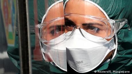 El virus SARS-CoV-2, responsable de la pandemia de la COVID-19, también es activo en las secreciones oculares de los pacientes positivos y, por tanto, puede ser otra fuente de contagio, según la investigación realizada por el Instituto Nacional de Enfermedades Infecciosas Lazzaro Spallanzani de Roma, y publicado por la revista Annals of Internal Medicine. (23.04.2020).
