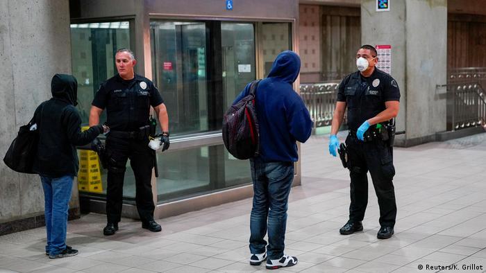 Polizei in aller Welt setzt Coronavirus-Sperren durch (Reuters/K. Grillot)