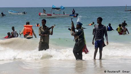Polizei in aller Welt setzt Coronavirus-Sperren durch (Reuters/F. Omar)