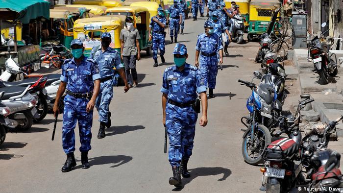 Polisi di seluruh dunia diterjunkan untuk menegakkan aturan lockdown (Reuters/A. Dave)