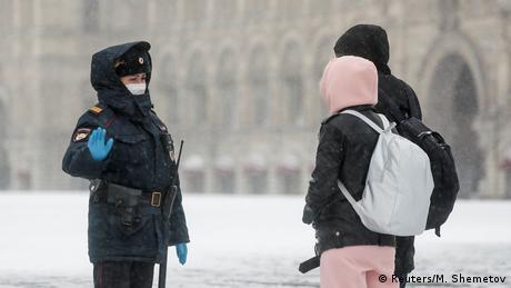 Polizei in aller Welt setzt Coronavirus-Sperren durch (Reuters/M. Shemetov)
