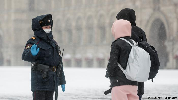 Police officer speaking to pedestrians in Moscow (Reuters/M. Shemetov)