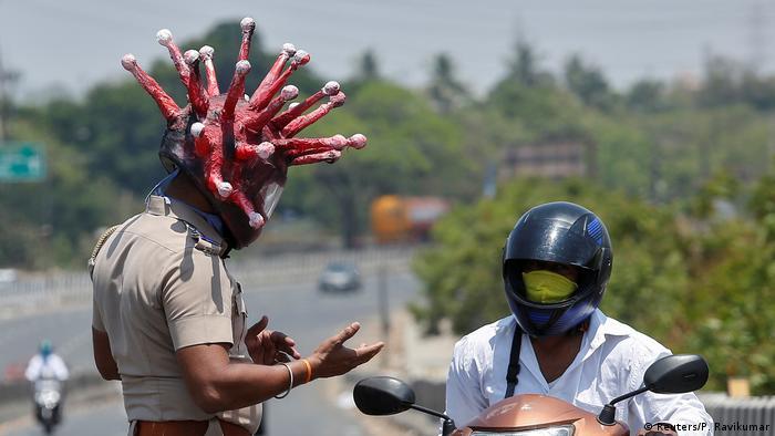 Polizei in aller Welt setzt Coronavirus-Sperren durch (Reuters/P. Ravikumar)