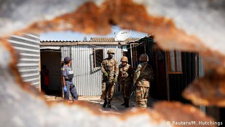 Polizei in aller Welt setzt Coronavirus-Sperren durch (Reuters/M. Hutchings)