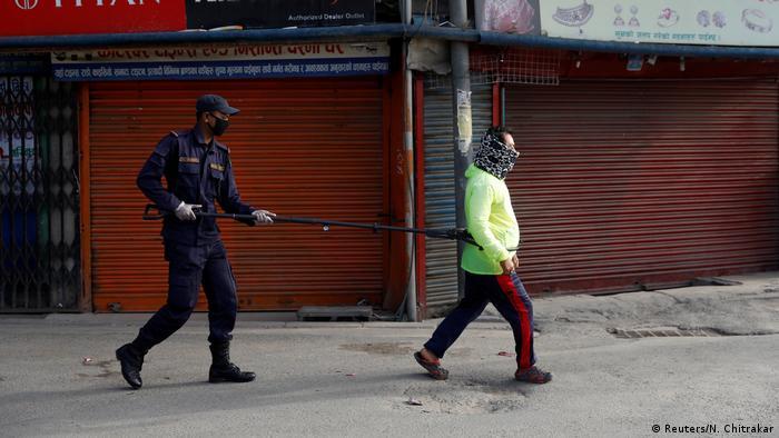 Polizei in aller Welt setzt Coronavirus-Sperren durch (Reuters/N. Chitrakar)