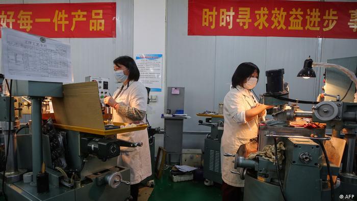Китайские рабочие на производстве