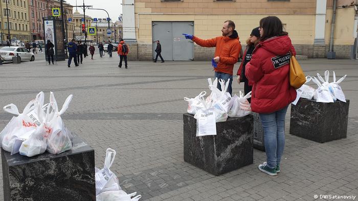 Представители Ночлежки оставили пакеты с едой и вещами для бездомных на видных местах