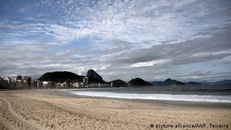 A empty Copacabana beach in Rio de Janeiro, Brazil - Lonely Places (picture-alliance/AA/F. Teixeira)