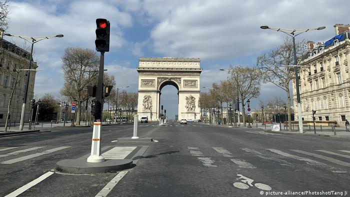 Puste ulice Paryża w czasie pandemii koronawirusa
