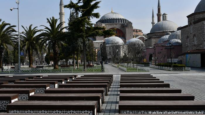 The closed Hagia Sophia Museum and an empty square in front of it - Lonely Places (picture-alliance/Photoshot/Xu Suhui)