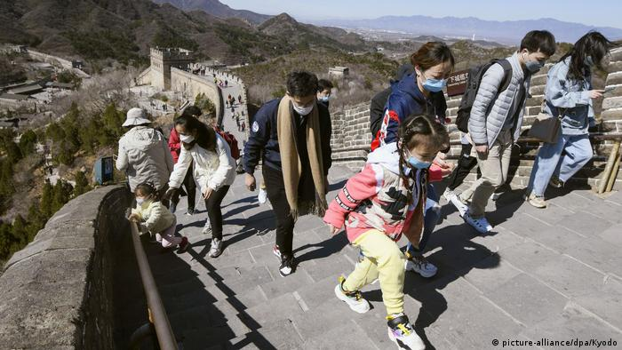 Tourists wearing face masks on the Great Wall of China - Lonely Places (picture-alliance/dpa/Kyodo)