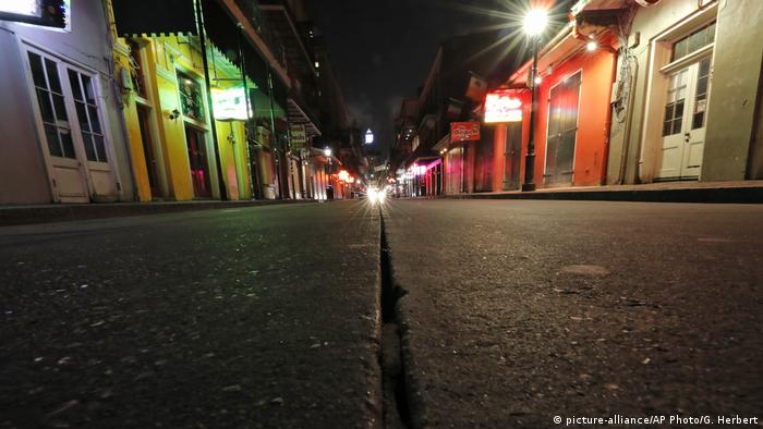 A deserted Bourbon Street in New Orleans, USA - Lonely Places (picture-alliance/AP Photo/G. Herbert)
