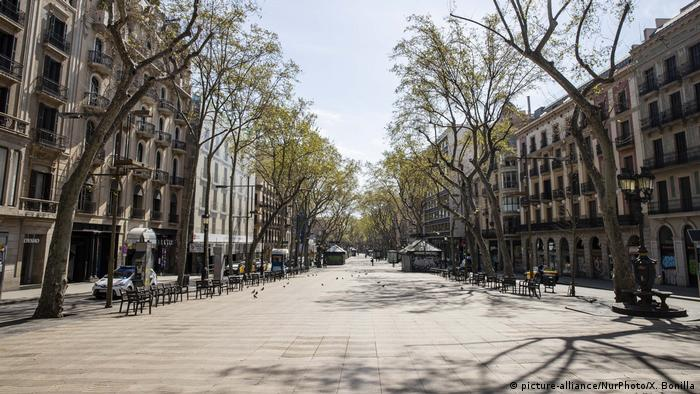 View of empty La Rambla de Barcelona after the Spanish government imposed a lockdown to combat the spread of the coronaviru -. Lonely Places (picture-alliance/NurPhoto/X. Bonilla)