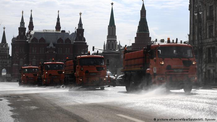 Municipal workers disinfect Tverskaya street during the coronavirus outbreak, in Moscow, Russia - Lonely Places (picture-alliance/dpa/Sputnik/G. Sysoev)