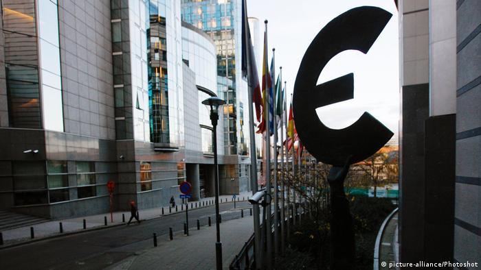 Belgien Brüssel Eurozeichen im Gegenlicht