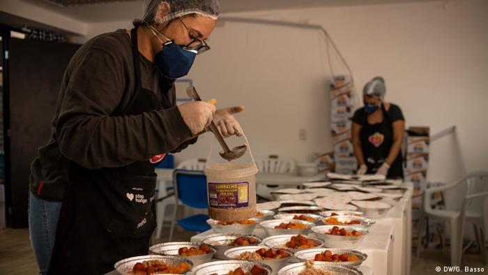 Cozinha montada em um centro comunitário da prefeitura, onde se preparam diariamente entre 1.500 e 1.800 marmitas em Paraisópolis
