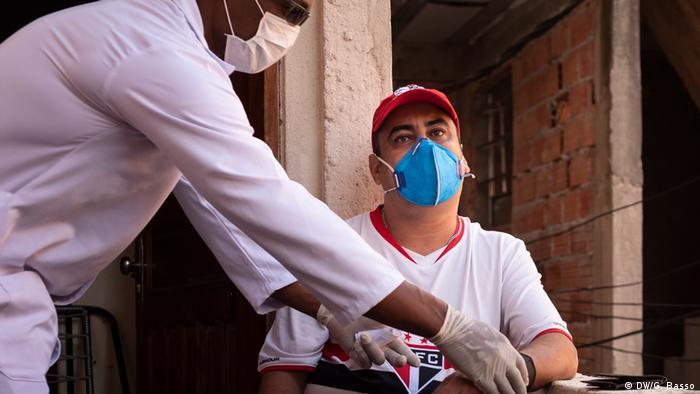 Com covid-19, o balconista de farmácia Roberto de Souza é monitorado pelo enfermeiro Enderson Marcos