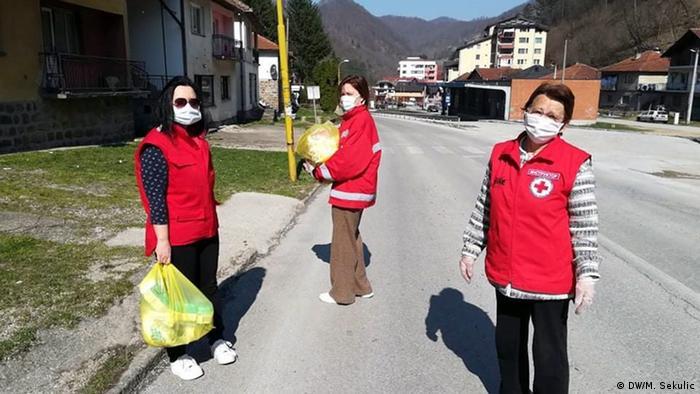 Dobrovoljci donose namirnice ljudima koji ne mogu sami u kupovinu
