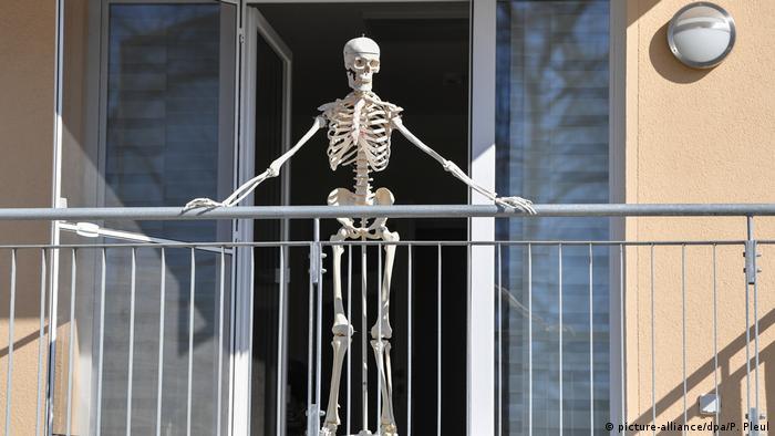 Frankfurt (Oder) - Skelett steht auf einem Balkon (picture-alliance/dpa/P. Pleul)
