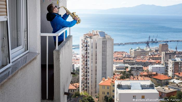 Desde su balcón su música resuena sobre la ciudad.
