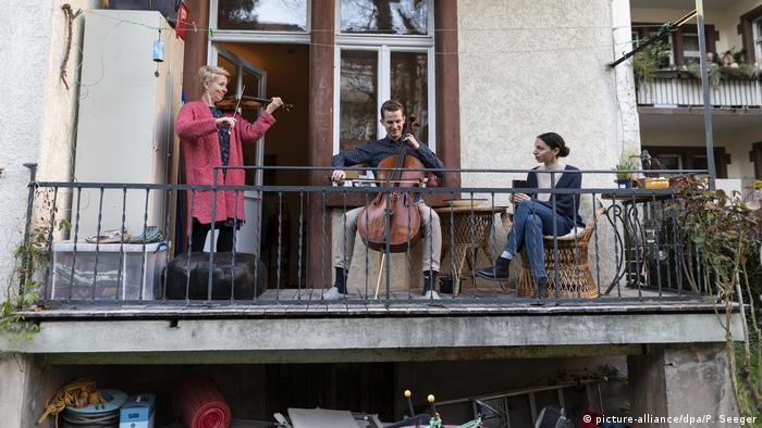 Freiburg | Mitglieder des Freiburger Barockorchesters spielen auf dem Balkon (picture-alliance/dpa/P. Seeger)