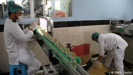 Afghanistan Ovisen Pharma Herstellung von Desinfektionsmitteln (DW/S. Tanha)
