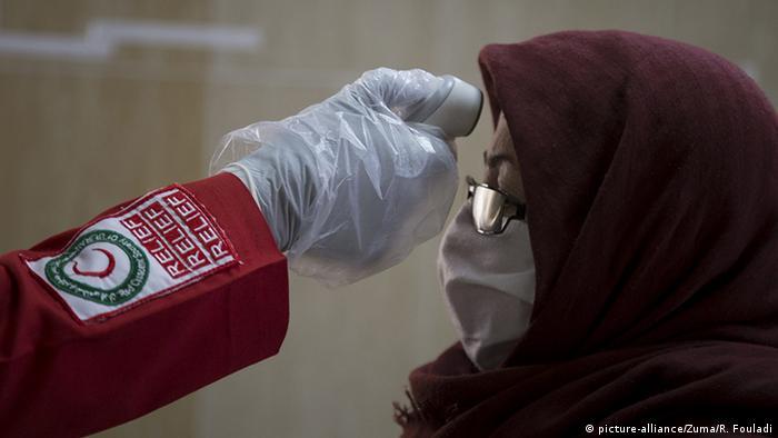 Un voluntario iraní de la Media Luna Roja mide la temperatura de un poblador de una aldea en el este de Teherán (06.04.2020)