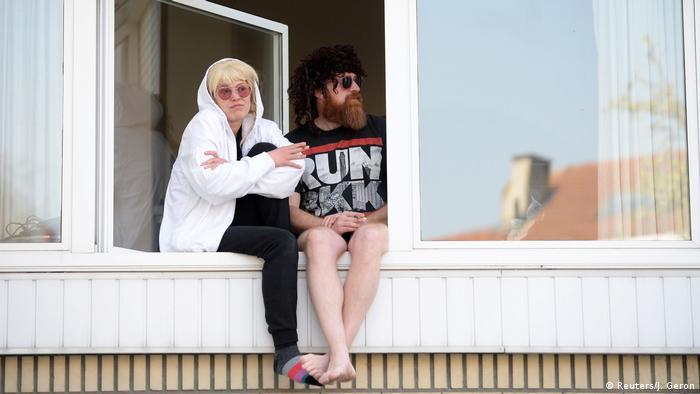 Zwei Brüssler sitzen auf ihrer Fensterbank (Reuters/J. Geron)