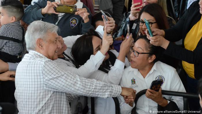 El presidente de México, Andrés Manuel López Obrador, en medio de la gente durante la pandemia.