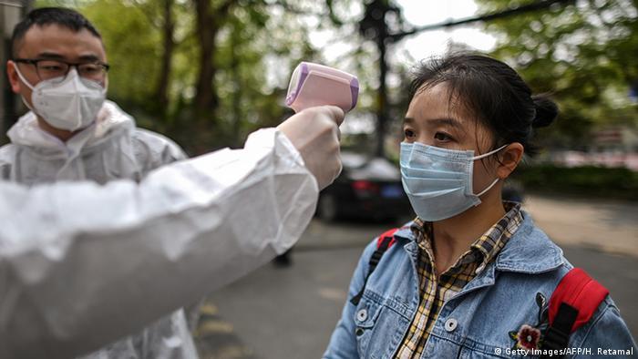China Wuhan   Coronavirus   Temperaturmessung (Getty Images/AFP/H. Retamal)
