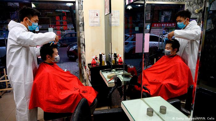 China Wuhan | Coronavirus | Friseur (Getty Images/AFP/N. Celis)