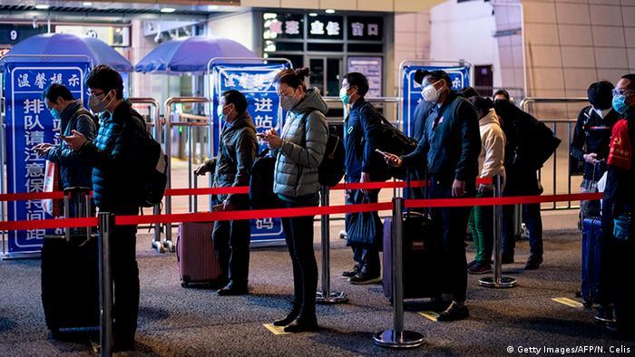 Desde el 23 de enero se habían restringido todas las salidas desde esta urbe, capital de la provincia de Hubei, donde se originó la enfermedad. Ahora, las autoridades aseguran tener el brote bajo control, por lo que se reanudaron los servicios ferroviarios en las tres estaciones de Wuhan, desde donde partieron los primeros trenes hacia otras ciudades (08.04.2020).