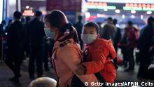 China Wuhan | Coronavirus | Bahnhof, Reisende verlassen die Stadt