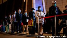 China Wuhan   Coronavirus   Bahnhof, Reisende verlassen die Stadt