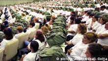 ARCHIV - Ein etwa 1500 kubanische Ärzte umfassendes Team hat sich am 04.09.2005 in der Kongresshalle Palacio de Convenciones in Havanna (Kuba) versammelt, um sich nach dem Hurrikan Katarina auf den Einsatz in den USA vorzubereiten. Mit einem beherzten Einsatz in Afrika beeindruckt der Karibikstaat gerade die Weltgemeinschaft - die medizinische Hilfe im Ausland hat dabei eine lange Tradition für das sozialistische Land. Foto By Jose Goitia/dpa (zu dpa Ein «Heer weißer Kittel» - Kuba trumpft im Kampf gegen Ebola auf vom 02.11.2014) +++(c) dpa - Bildfunk+++ | Verwendung weltweit