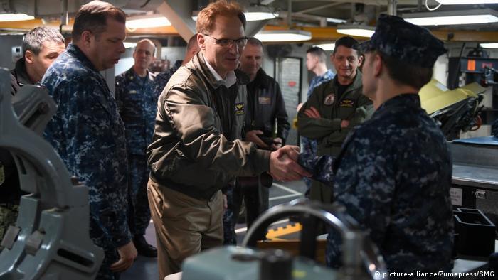Amtierender US-Marineminister Thomas Modly nimmt seinen Hut
