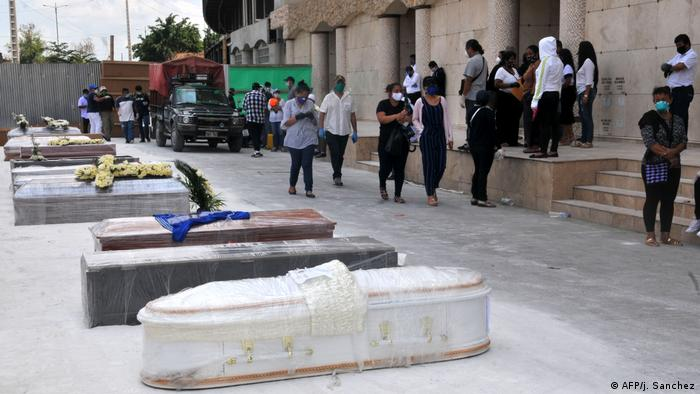 Fotos de sarcófagos en Guayaquil, Ecuador.