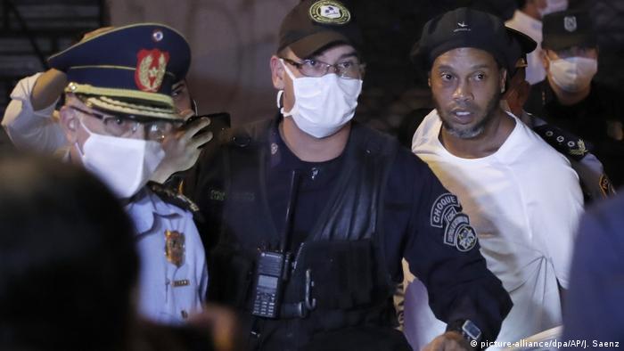 Ronaldinho darf gegen Zahlung von 1,6 Millionen Dollar in Hausarrest (picture-alliance/dpa/AP/J. Saenz)