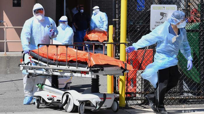 فريق طبي بمستشفى بولاية نيويورك ينقل جثة لشخص توفى بمرض كوفيد 19