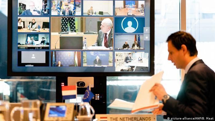 في الصورة وزير المالية الهولندي خلال الاجتماع الذي جمعه مع نظرائه الأوروبيين عبر تقنية الفيديو