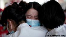 China Wuhan Tianhe International Airport Umarmungen beim Abschied