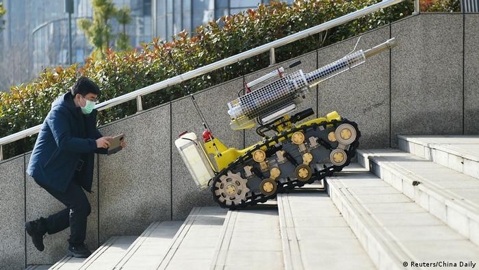 BG Einsatz von Robotern und Drohnen in der Corona-Krise | China (Reuters/China Daily)