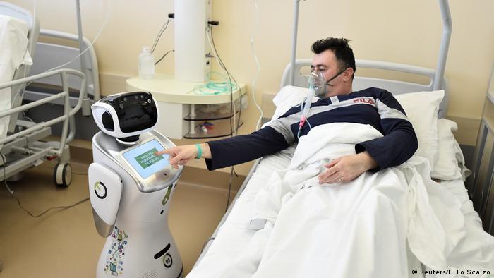 حداقل اینجا این روبات جای نیروی انسانی را نگرفته، بلکه کمبود پرستاران را جبران کرده است. این روبات به کارمندان صحی در یک شفاخانه ایتالیا کمک می کند تا به بیماران مبتلا به کویید۱۹ رسیدگی کنند.