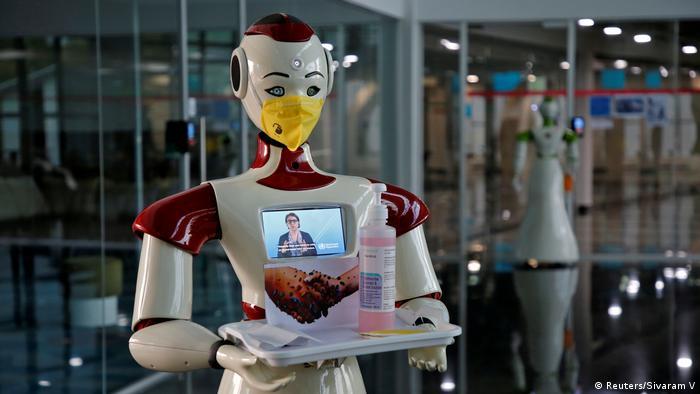 این روبات در هندوستان به مراجعه کنندگان به یک اداره مواد ضدعفونی کننده تعارف می کند و به آنان توصیه های صحی را برای جلوگیری از شیوع ویروس کرونا ارائه می دهد.