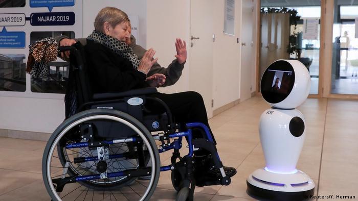 این روزها به خاطر بحران کرونا کمتر کسی می تواند به سالمندان سر بزند و از آنها خبر بگیرد. این افراد کهنسال که در معرض خطر ابتلا به ویروس هستند، در خانه های سالمندان و خانه های خودشان به شدت منزوی شده اند. این روبات در بلجیم مخصوصا برای ایجاد ارتباط با افراد کهنسال ساخته شده است.