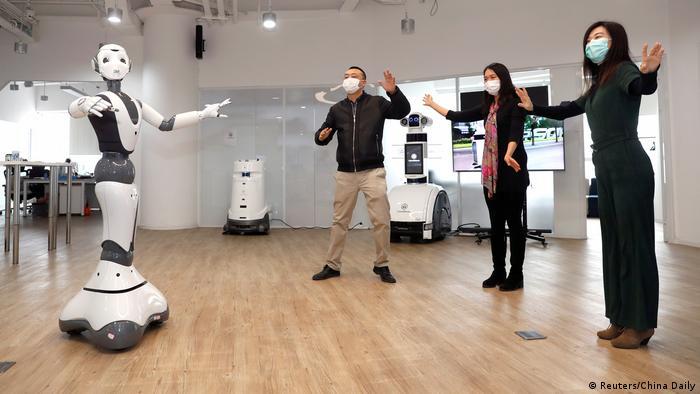 یک روبات نسل پنج جی در چین که منبع شیوع ویروس کرونا خوانده می شود؛ در پیکینگ آماده می شود تا احتمالا جای یک معلم رقص را بگیرد.