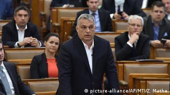 Macaristan'daki yeni yasaya göre Başbakan Orban gerekli gördüğü hallerde parlamentonun kontrolü olmadan kanun hükmünde kararname çıkarabiliyor.