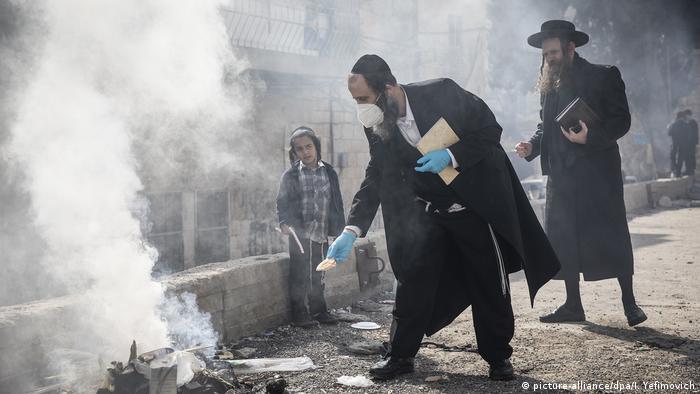 Judeus ortodoxos realizam ritual de Pessach em Jerusalém, criança observa