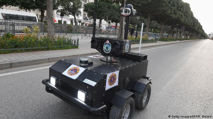 یک روبات پولیس تونس در پایتخت این کشور برای نظارت بر چگونگی رعایت منع رفت و آمد و مقررات جلوگیری از شیوع بیشتر ویروس کرونا گشت زنی می کند.